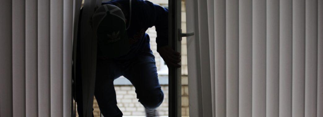 На Львівщині чоловік заліз через вікно до сестри і обікрав її