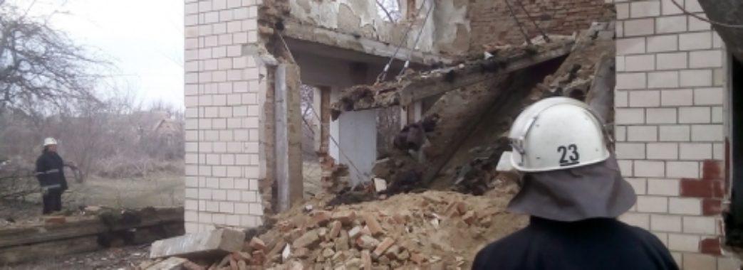 На Львівщині на 20-річного хлопця обвалилася стіна