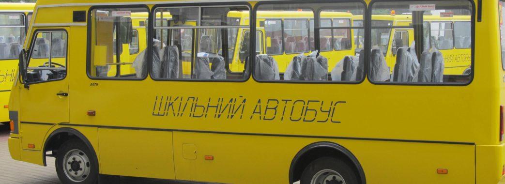 Водія шкільного автобуса, який ледь не завіз дітей під потяг, звільнять (відео)