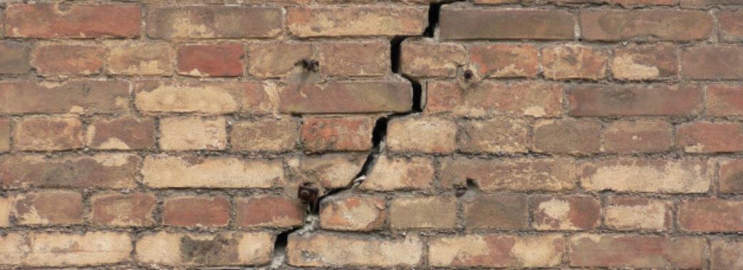 У львівській багатоповерхівці тріснула стіна (фотофакт)