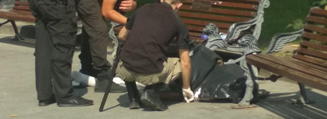 У центрі Львова чоловік впав з лавки та помер