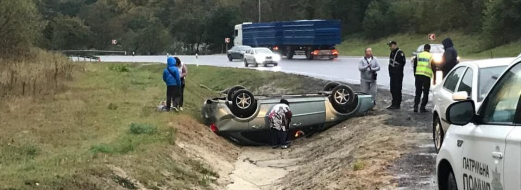 Дуже слизька дорога: на об'їзній Львова авто перевернулося на дах