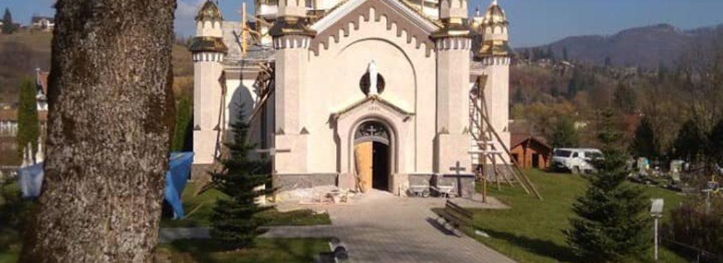 Повне невігластво: старовинні церковні розписи замінюють російською плиткою