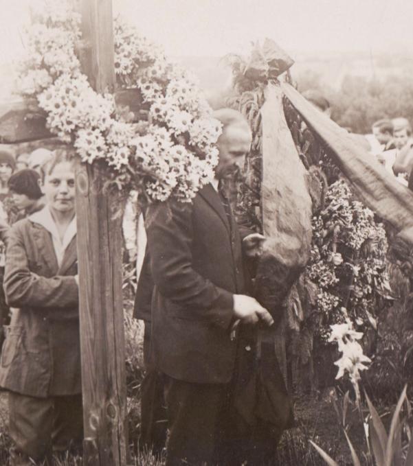 bronyslav-yaniv-v-tsentri-urochystosti-z-nagody-zelenyh-svyat-na-mogylah-striltsiv-uga-yanivskyj-tsvyntar-1930-r-foto-z-albomu-tovm