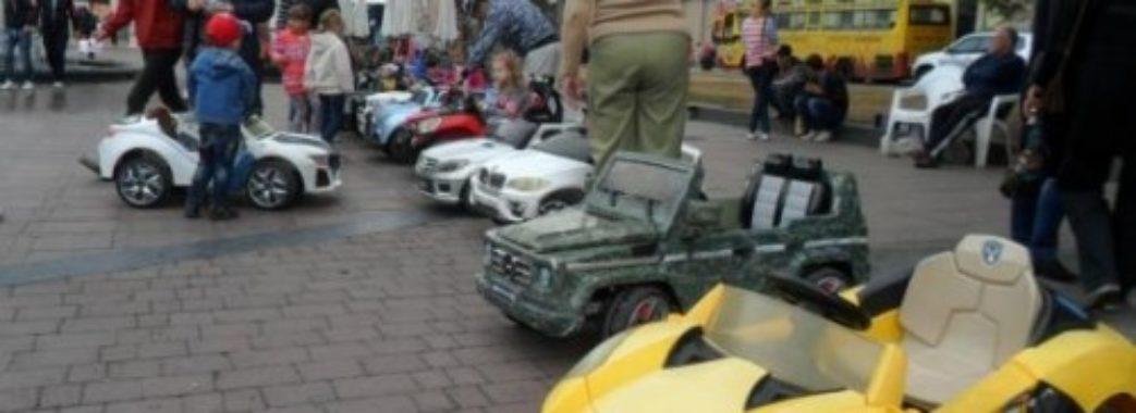 У центрі Львова власник прокатних машинок заблокував роботу евакуатора
