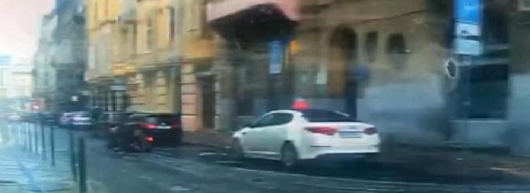 У Львові п'яний скутерист упав біля службового авто поліції