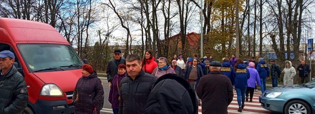 Стрияни не готові платити по 32 гривні за кубометр води: на трасі Київ-Чоп – затори (ВІДЕО)