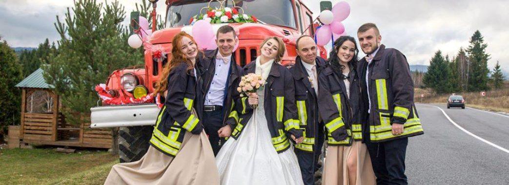 На Турківщині молодята їхали вінчатися у пожежній машині