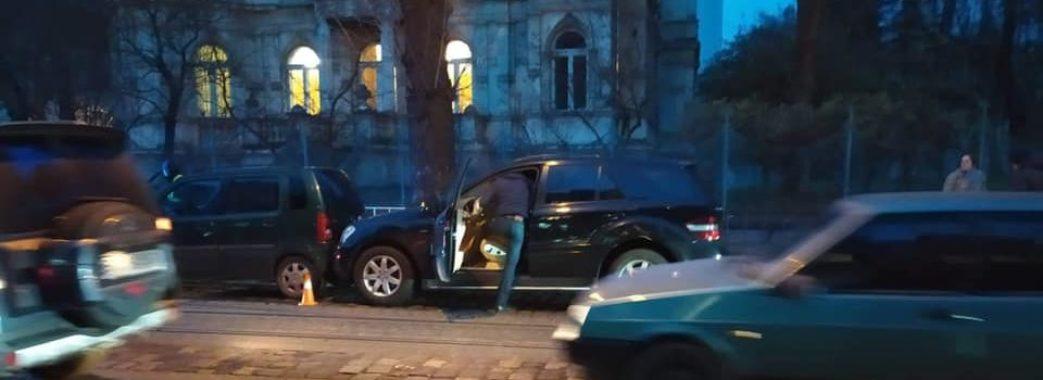 27-річна жінка померла за кермом автомобіля у Львові