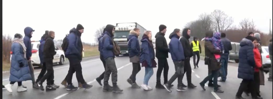 Поблизу Винник перекрили дорогу: мешканці проти цинкового заводу