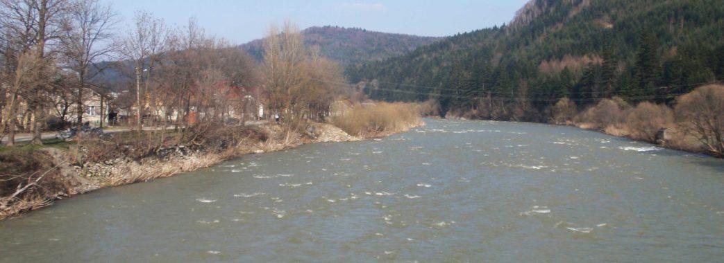 На Сколівщині річка підмиває цвинтар та добирається до будинків