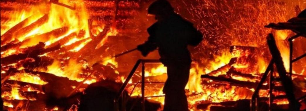 25 рятувальників боролися з вогнем у центрі Львова