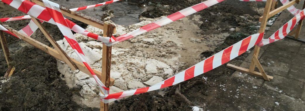 «Дочка моментально пішла під землю»: у Львові дитина провалилася у яму з крижаною водою