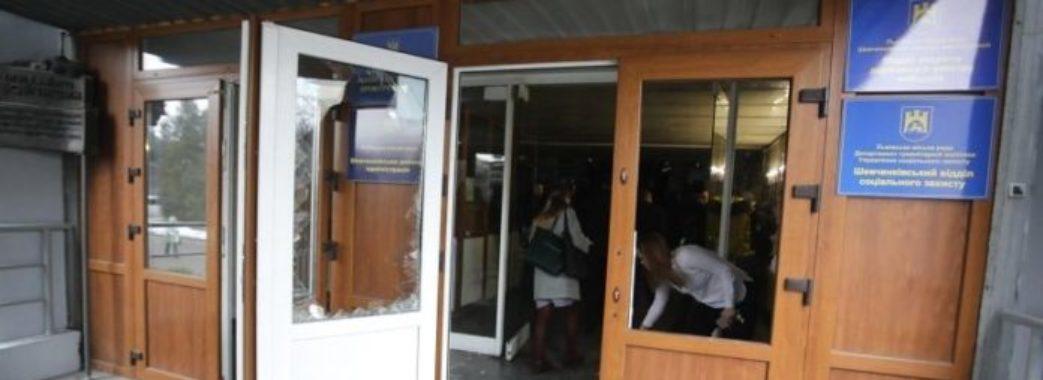Невідомі особи ввірвалися на сесію Львівської міськради: трощили вікна, вибивали двері