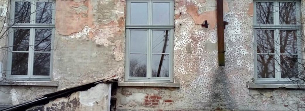 У Бібрці невідомі побили вікна у відреставрованій будівлі