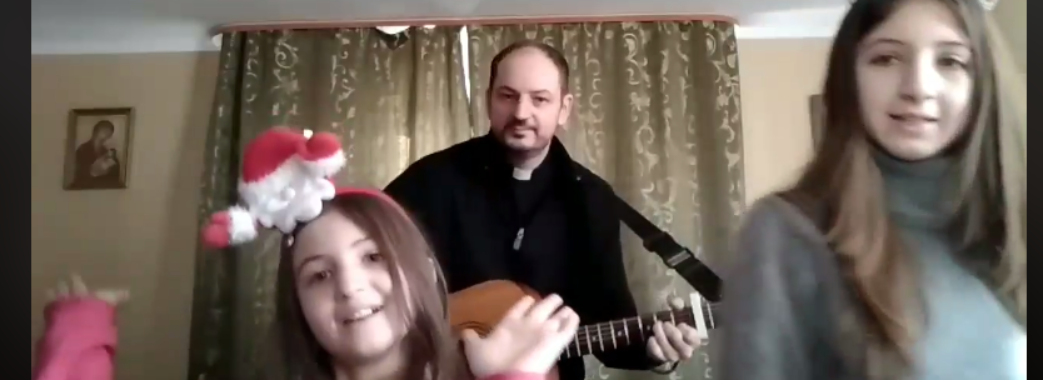Самбірський священник з сім'єю заспівав зворушливу пісню про Святого Миколая (ВІДЕО)