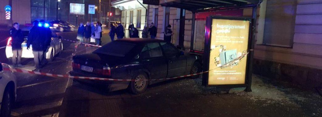У Львові автомобіль в'їхав у зупинку з людьми