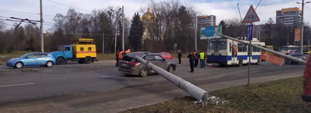 Ледь не розчавило: у Львові посеред дороги впали дві бетонні електроопори