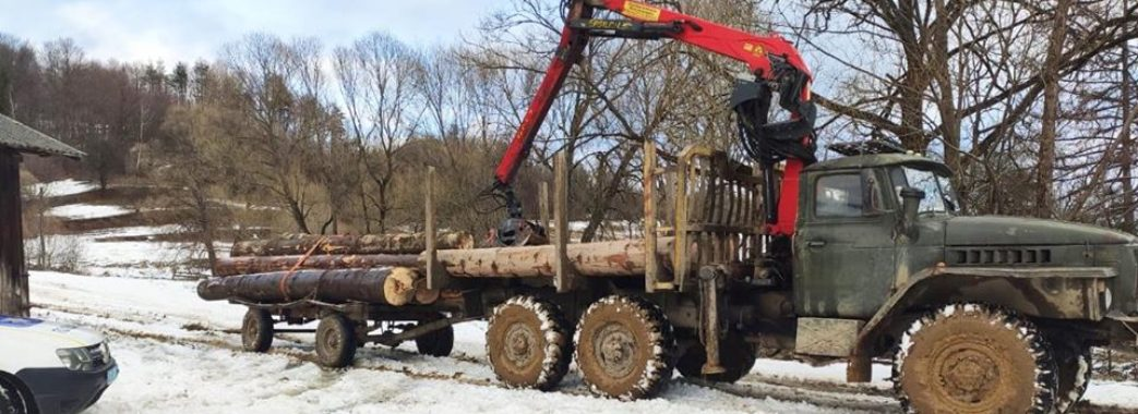 На Старосамбірщині затримали чоловіка, який трактором вивозив ліс