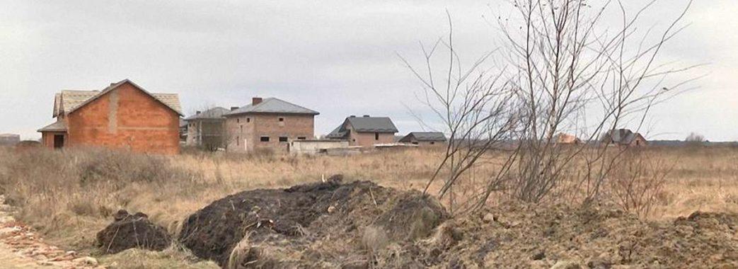 «Нічого пояснювати не хоче і не буде»: земельним скандалом на Пустомитівщині зайнялася поліція