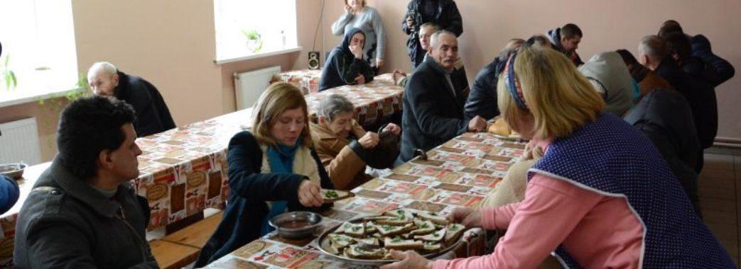 Помилися, поїли, отримали одяг: у День  Валентина для бездомних львів'ян влаштували свято