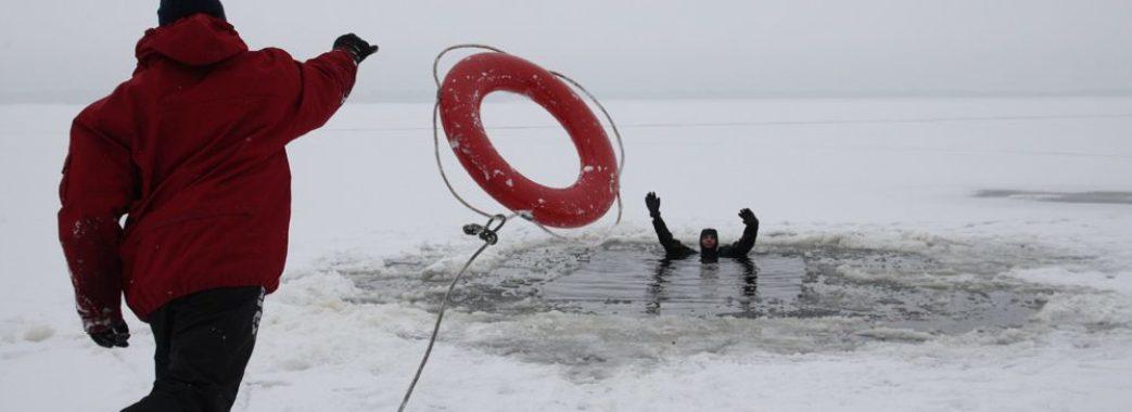 «Озеро по коліна, але з глибокими вирвами»: на Яворівщині під лід провалилося четверо рибалок