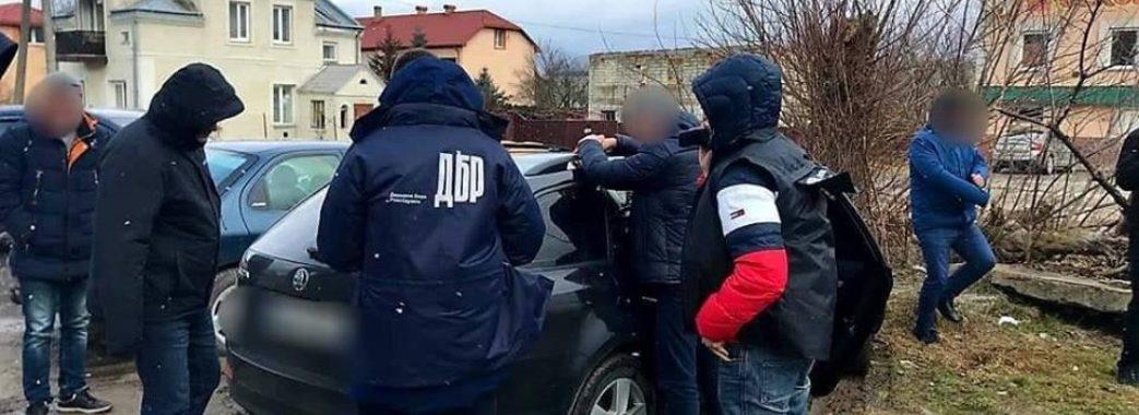 Змушували торгувати наркотиками: на Золочівщині затримали двох правоохоронців