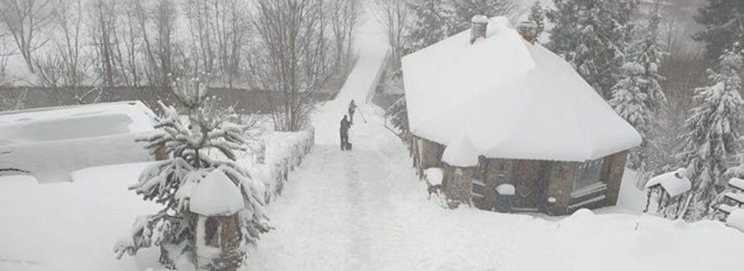 «Вчора ще падав дощ, а сьогодні – справжня зима»: раптовий сніг наробив клопоту у восьми районах