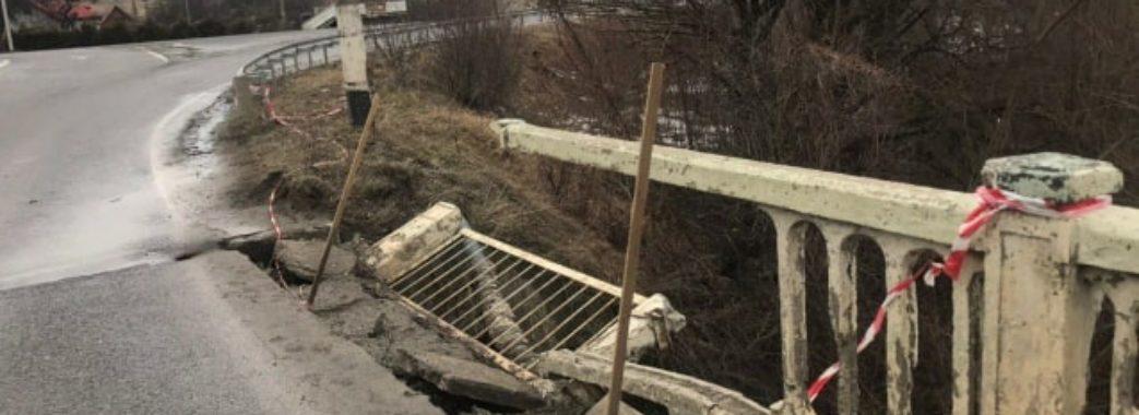 У Старому Самборі обвалився автомобільний міст (ВІДЕО)