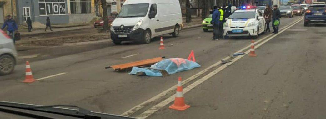 """""""Прибирала біля бордюру"""": у Львові автомобіль на смерть збив жінку"""