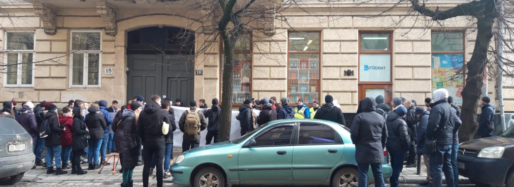 Група активістів увірвалася в офіс Української галицької партії