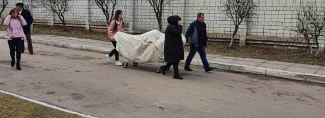 """""""Відбій, евакуації не буде"""": у Винниках заспокоюють людей, але й далі вивозять хворих"""