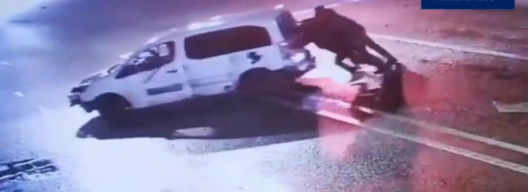 У Львові п'яний водій в'їхав у зупинку та знищив 18 метрів парапету (Відео)