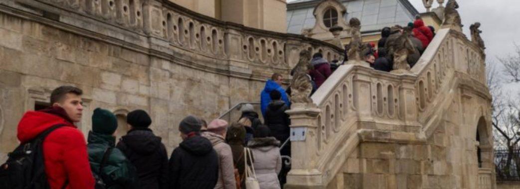 «Хлопчика охрестили, по нього прийшли усиновителі»: у Львові віряни масово йдуть до мощів Юди Тадея