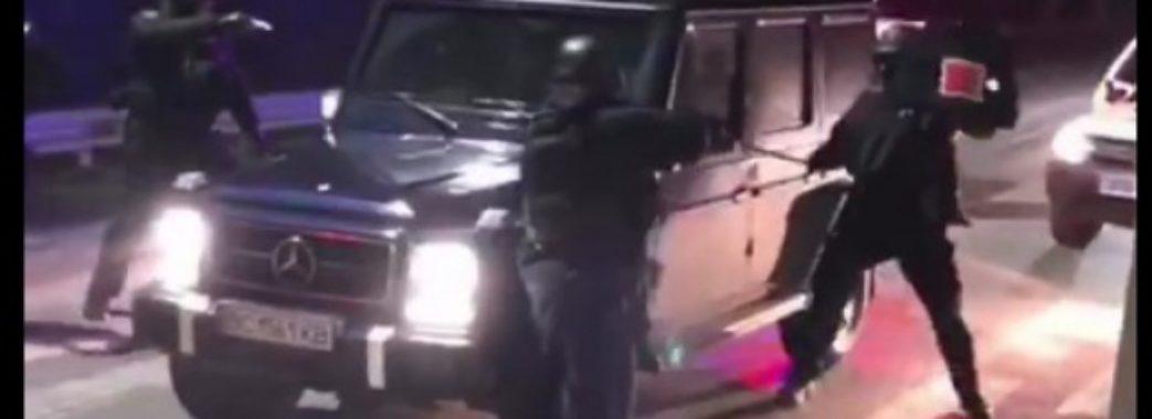 На межі Львівщини затримали автомобілі з арсеналом зброї (Відео)
