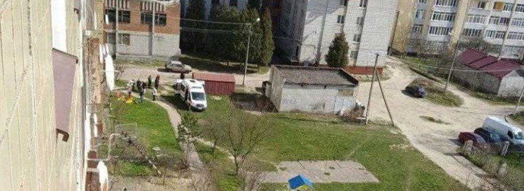 У Львові з вікна четвертого поверху випала пенсіонерка