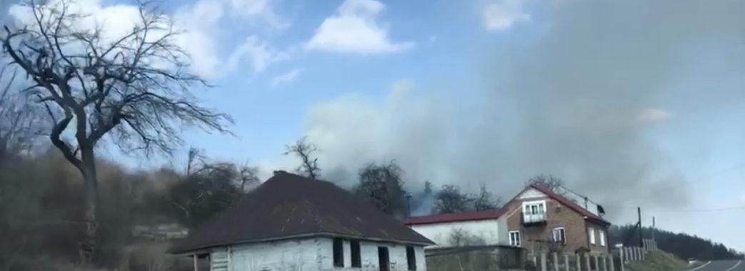 На Старосамбірщині чергова пожежа сухостою: вогонь  доходить до будинків (ВІДЕО)