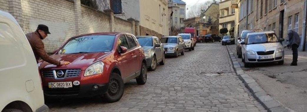 У Львові невідомі видряпали нецензурні слова на 15-ох автомобілях