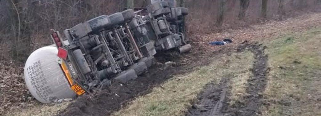 «Ще живий був, сам вийшов з машини, а потім впав»: на Бродівщині після ДТП помер водій вантажівки