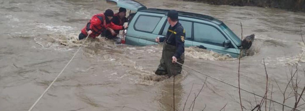 Хотів переплисти річку на машині: на Сколівщині рятували водія-екстремала (ВІДЕО)