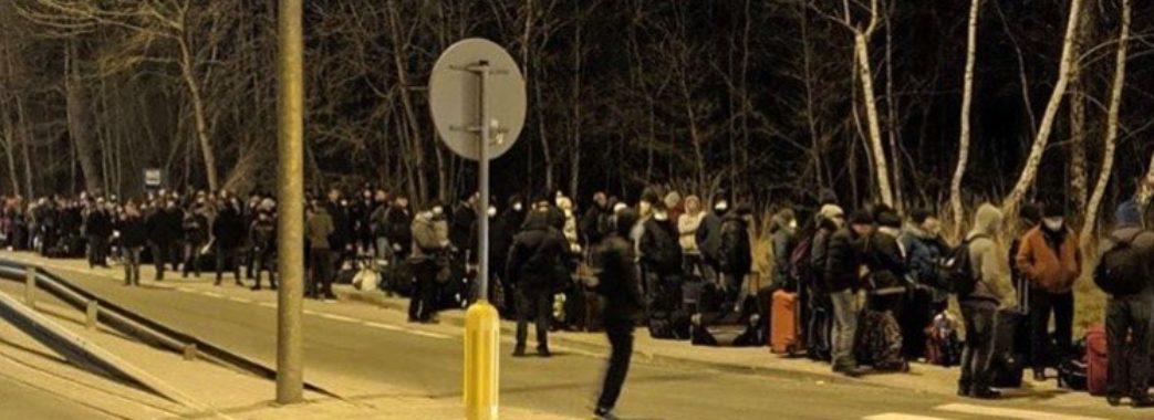 """""""Люди в суцільній тисняві"""": після заяви про закриття кордону українці масово повертаються додому (Відео)"""