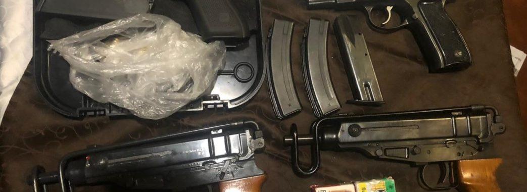 У центрі Львова 58-річний чоловік продавав зброю