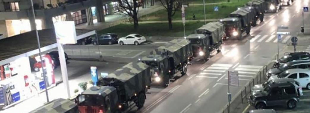 Десятки військових автомобілів вивозять труни загиблих в Італії (відео)