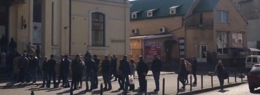 Документи понад усе: попри карантин, у черзі до Чеського Консульства вишикувалась сотня людей