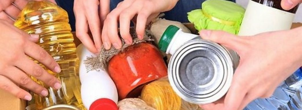 У Старому Самборі облаштували пункт збору продуктів для потребуючих людей