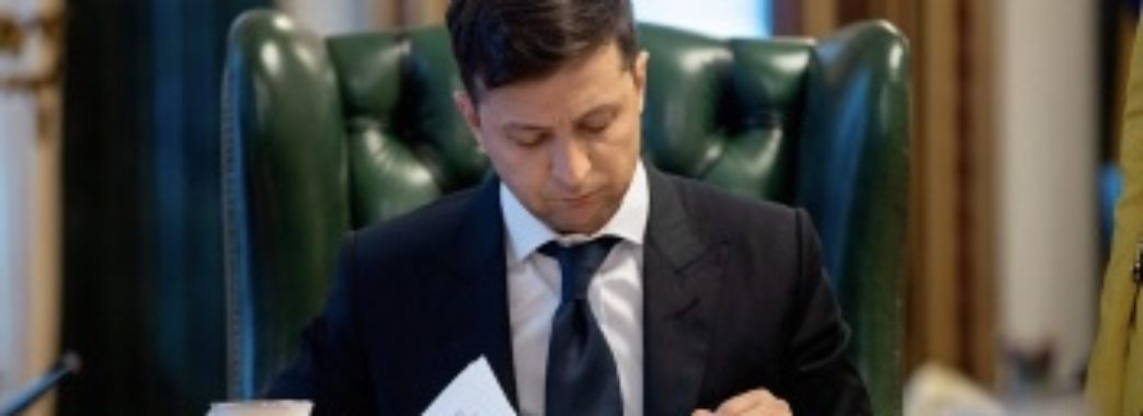 Стримання цін, доплата медикам та допомога безробітним: Зеленський підписав антикризовий закон
