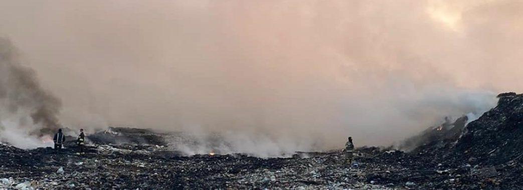 На Яворівщині вже добу гасять пожежу на сміттєзвалищі