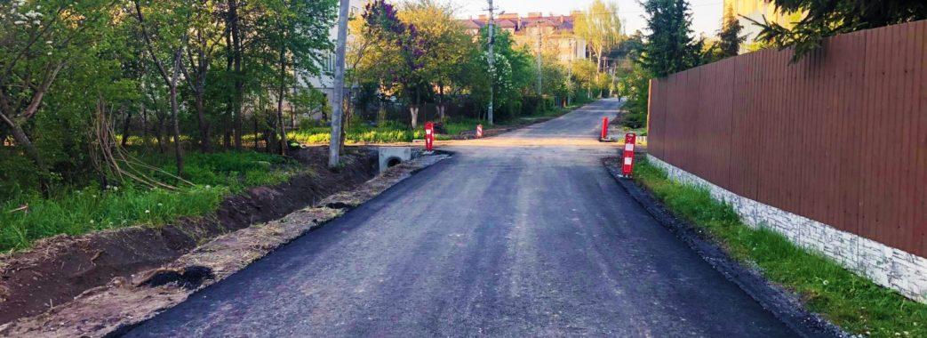 Карантин не вплинув на роботу: у Брюховичах за час обмежень активно ремонтують дороги