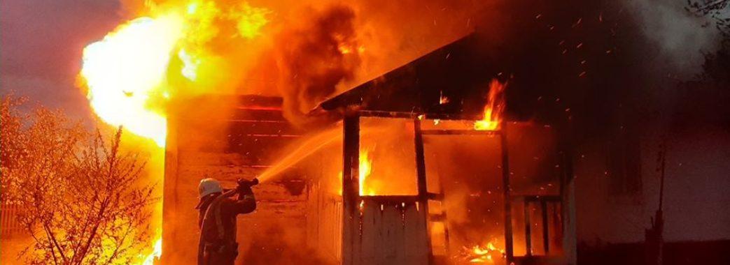 «В одних піжамах повистрибували із хати»: на Бущині серед ночі згорів житловий будинок