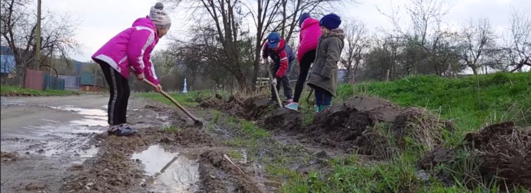 На Старосамбірщині діти посадили картоплю на дорозі (ВІДЕО)